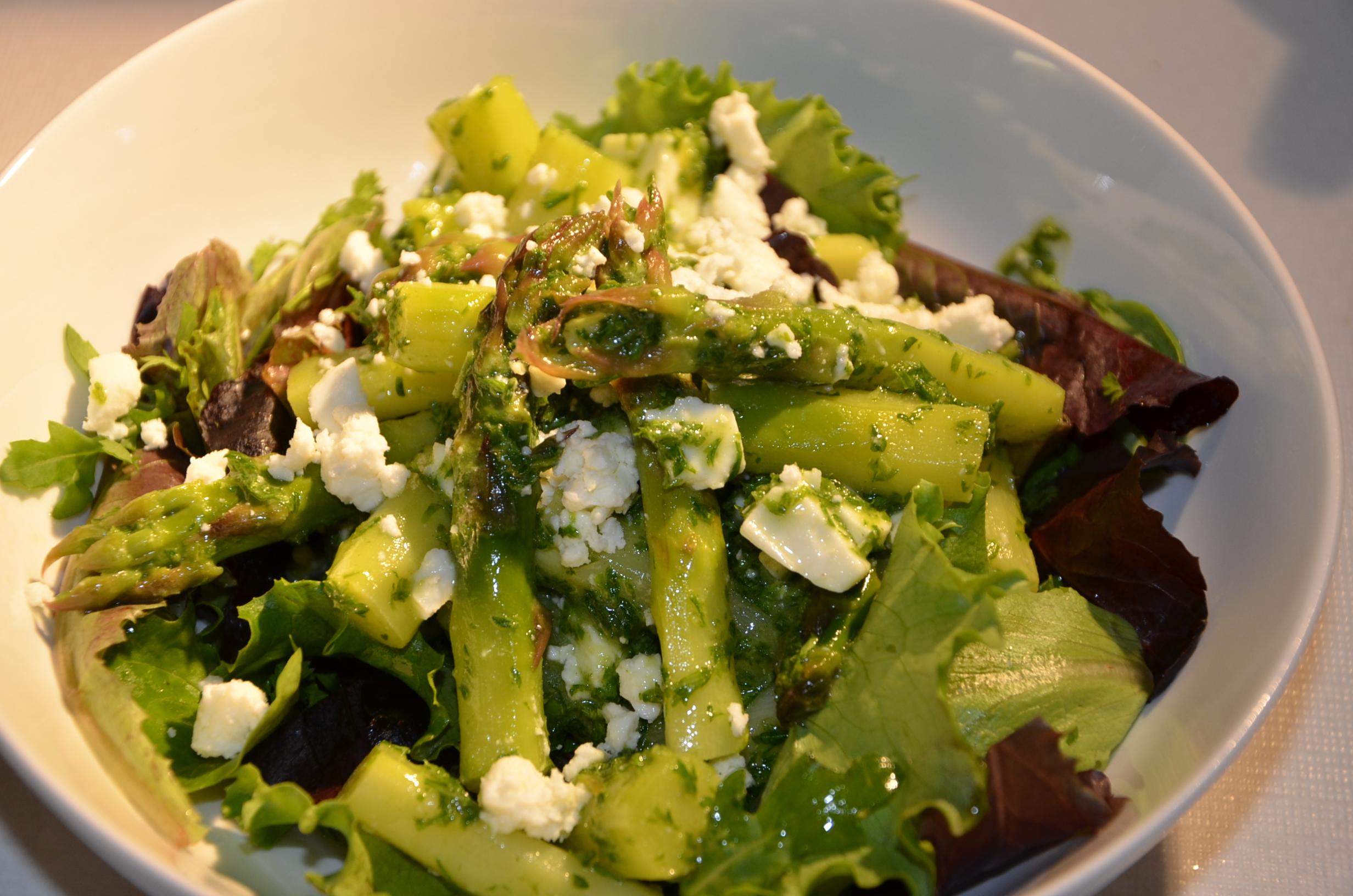 Lauw slaatje met groene asperges feta en peterselie vinaigrette la toille ciree - Groene warme of koude kleur ...