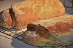 Olijvenbrood met peterselie-pesto