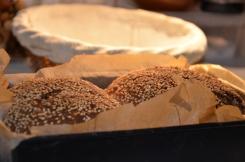 sesambroodjes met spekjes